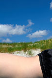 Mentira en la vertical de la playa Foto de archivo libre de regalías