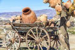 Mentira en los potes del carro en un fondo de montañas en Capadocia Imágenes de archivo libres de regalías