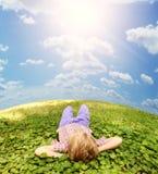 Mentira en muchacho despreocupado de la hierba verde Fotografía de archivo libre de regalías