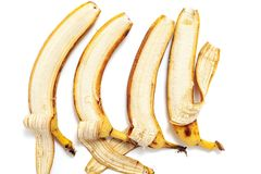 Mentira en parte pelada del plátano cuatro en fila horizontal Fotografía de archivo