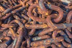 Mentira enredada oxidada de las cadenas en el puerto Fondo Corrosión del metal foto de archivo
