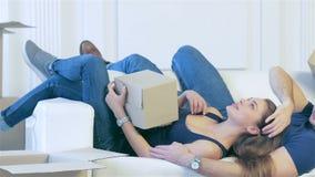 Mentira entre las cajas en un apartamento vacío metrajes
