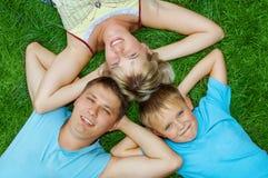 Mentira feliz da família imagens de stock royalty free
