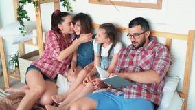 A mentira feliz da família na cama e no paizinho lê o livro às filhas, movimento lento filme