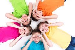 Mentira feliz de cinco niños. Imagenes de archivo