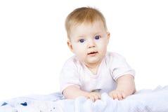 Mentira feliz del bebé aislada fotografía de archivo
