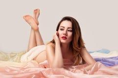 Mentira femenina en tela del color Fotos de archivo libres de regalías