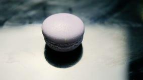 Mentira francesa violeta do bolinho de amêndoa na mesa de cozinha video estoque