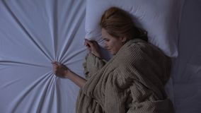 Mentira gritadora de la mujer del trastorno en la cama, hoja de compresi?n, dolor de la p?rdida del novio almacen de metraje de vídeo