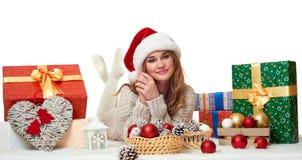 Mentira hermosa de la chica joven en el sombrero con las cajas de regalo - concepto de santa del día de fiesta Imagen de archivo