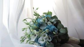 Mentira hermosa del ramo que se casa cerca de la ventana en las cortinas blancas