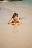 Mentira iy del muchacho en la playa Fotografía de archivo
