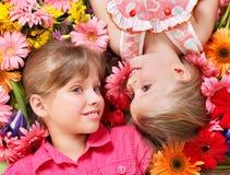 Mentira linda del niño comparativa en la flor. Imagen de archivo libre de regalías