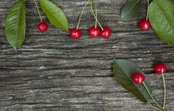 Mentira madura de las cerezas en un banco Imágenes de archivo libres de regalías