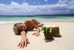 Mentira modelo en la arena caliente Imagen de archivo libre de regalías
