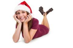 Mentira morena festiva en el piso que sonríe en la cámara Imagen de archivo libre de regalías