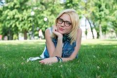 Mentira oscuro-cabelluda sonriente hermosa de la mujer joven Imágenes de archivo libres de regalías