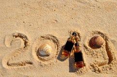Mentira pequena do uísque de duas garrafas na areia Partido alcoólico luxuoso do ano novo, vista superior de cima de fotos de stock royalty free
