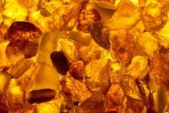 Mentira retangular das pedras ambarinas Báltico do close up em uma superfície Imagem de Stock