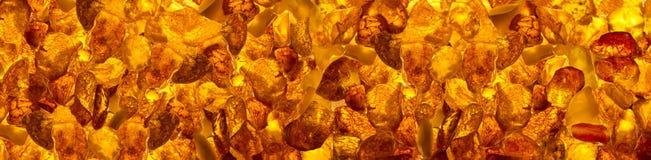 Mentira retangular das pedras ambarinas Báltico panorâmicos do loseup do  de Ñ em uma superfície plana Fotos de Stock Royalty Free