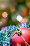 Mentira roja de la bola de cristal en malla de la Navidad Fotos de archivo