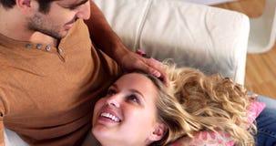Mentira rubia en el revestimiento de su novio de risa en el sofá almacen de video