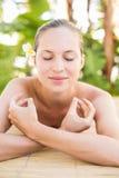 Mentira rubia pacífica en la tabla del masaje Fotos de archivo
