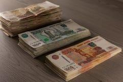 Mentira rusa del dinero en la tabla Foto de archivo