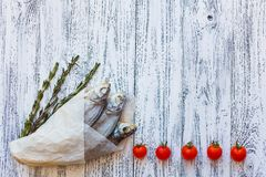 Mentira secada de la brema de tres pescados en una tabla de madera brillante en la esquina de parte inferior izquierda fotos de archivo libres de regalías