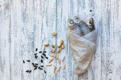 Mentira secada de la brema de tres pescados en una tabla de madera ligera imagen de archivo libre de regalías