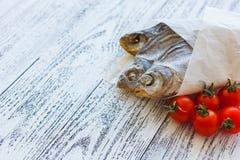Mentira secada de la brema de tres pescados en una tabla de madera ligera foto de archivo libre de regalías