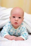 Mentira surpreendida do bebê na barriga foto de stock