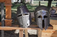 Mentira velha da batida do cavaleiro dois em um banco de madeira imagem de stock