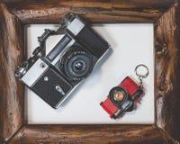 Mentira velha da câmera dois no quadro de madeira em um fundo branco foto de stock royalty free