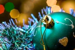 Mentira verde de la bola de cristal en malla de la Navidad Imagenes de archivo