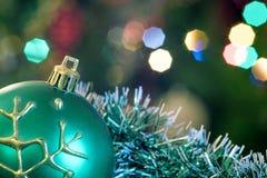 Mentira verde de la bola de cristal en malla de la Navidad Imagen de archivo