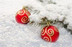 Mentira vermelha da bola do Natal na neve Imagens de Stock