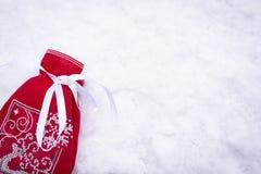 Mentira vermelha do saco do presente na neve foto de stock royalty free