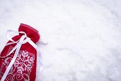 Mentira vermelha do saco do presente na neve foto de stock