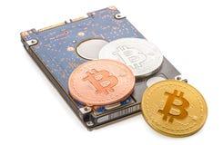 Mentira virtual do bitcoin das moedas no disco rígido isolado no backgr branco Fotos de Stock