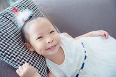 Mentira y sonrisas blancas del vestido del color de la muchacha que llevan Imagen de archivo