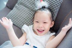 Mentira y sonrisas blancas del vestido del color de la muchacha que llevan Fotografía de archivo libre de regalías