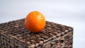 Mentiras anaranjadas en la caja de mimbre imagen de archivo libre de regalías