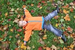 Mentiras da criança do outono Fotos de Stock Royalty Free