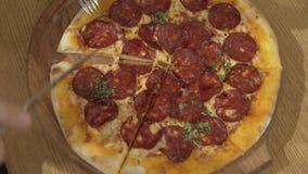 Mentiras da pizza de Pepperoni em uma placa de madeira filme
