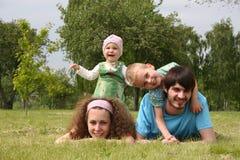 Mentiras de la familia de cuatro miembros Fotografía de archivo libre de regalías