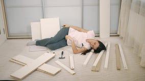 Mentiras de la mujer en piezas de muebles almacen de metraje de vídeo
