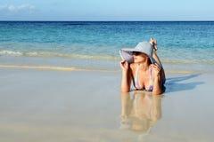 mentiras e sonhos da mulher no oceano Foto de Stock