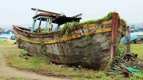 Mentiras viejas de un barco de pesca abandonadas en la playa Imagen de archivo libre de regalías