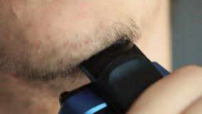 Mento di rasatura dell'uomo con il rasoio elettrico stock footage